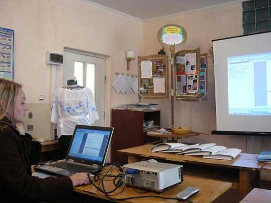 На закарпатській Міжгірщині майбутніх швачок вчили шити жіночу сорочку з елементами місцевої вишивки (ФОТО)