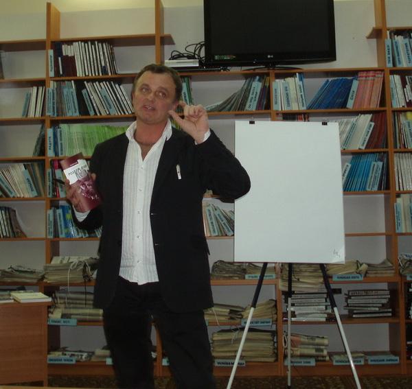 Закарпаття: Літературний хакер Михайло Рошко вчить розкодовувати тексти (ФОТО)