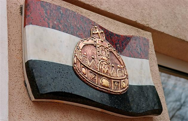 До 5-річчя консульства Угорщини у Берегові на ньому з'явилася корона Святого Іштвана (ФОТО)