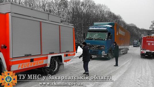 На Закарпатті рятувальники відбуксирували 6 вантажівок (ФОТО)