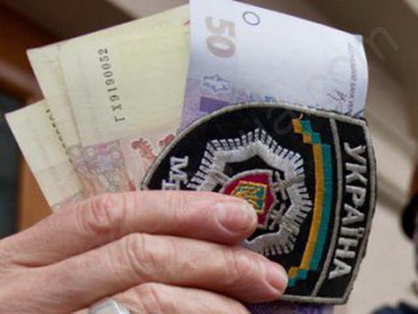 Ужгородського міліціонера затримали на хабарі в 500 доларів за дозвіл на придбання зброї
