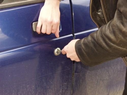На Воловеччині чоловік викрав понад 7 тис.грн. та цінності з припаркованої машини