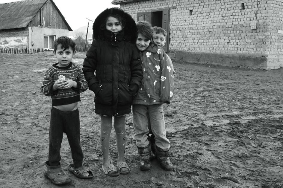 На Закарпатті придбали взуття для майже тисячі циганчат (ФОТО)
