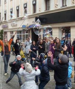 """Сьогодні в Ужгороді пускатимуть """"відкладені"""" мильні бульбашки"""