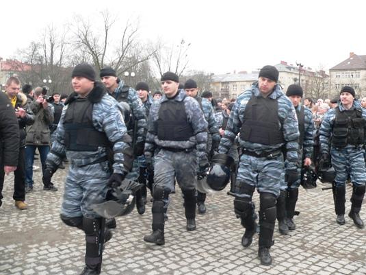 """Головний міліціонер Закарпаття і начальник """"Беркуту"""" разом з підлеглими присягнули народу"""