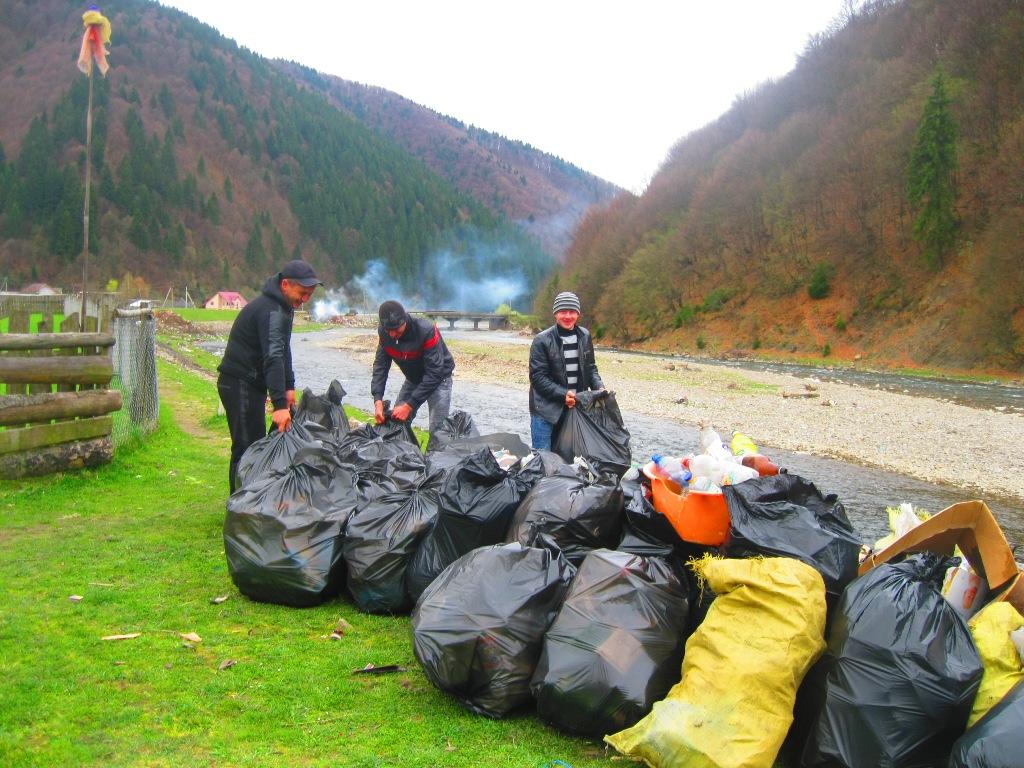 В очікуванні туристів  активно прибирали сміття