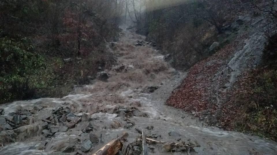 На Закарпатті через потужні зливи оголошено штормове попередження