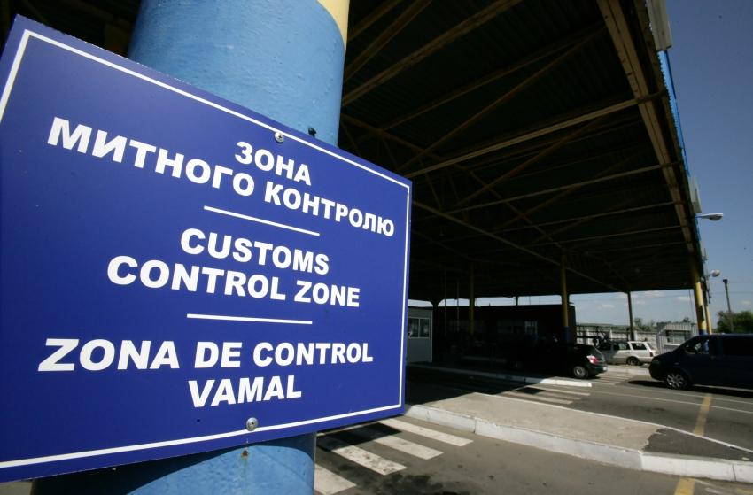 До 2 років позбавлення волі засуджено митника на Закарпатті, який випустив 12 тимчасово ввезених в Україну автомобілів
