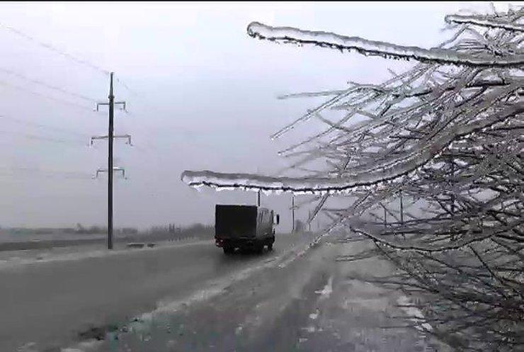 Мешканців Львівщини попереджають про мокрий сніг та ожеледицю