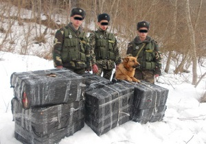 Знову за старе! Біля румунського кордону затримали закарпатця з 12 пакунками сигарет