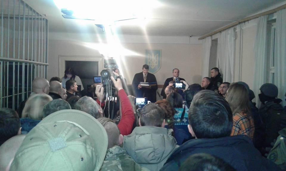 Поліція веде переговори із суддями щодо продовження засідання усправі бійцівПС