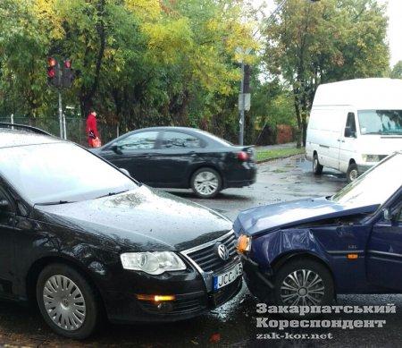 ФОТОФАКТ. На Закарпатті на перехресті зіткнулися 3 автівки