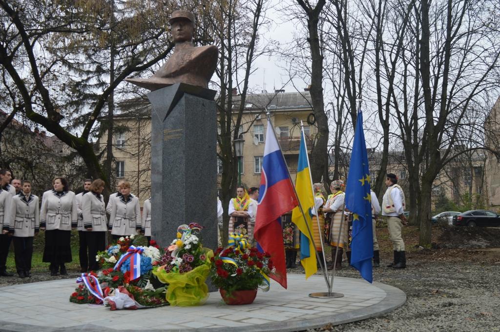 В Ужгороді відкрили пам'ятник-погруддя Мілана Штефаніка (ФОТО)