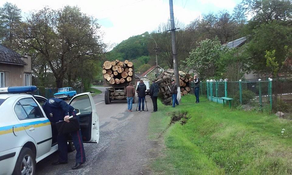 У Перечині лісовоз перекинувся в кювет, попутньо обірвавши дроти й знеструмивши будинки (ФОТО)