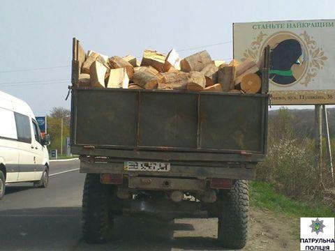 Закарпатці продовжують спекулювати деревиною: патрульні затримали ГАЗ, який перевозив 6 кубометрів сумнівного бука