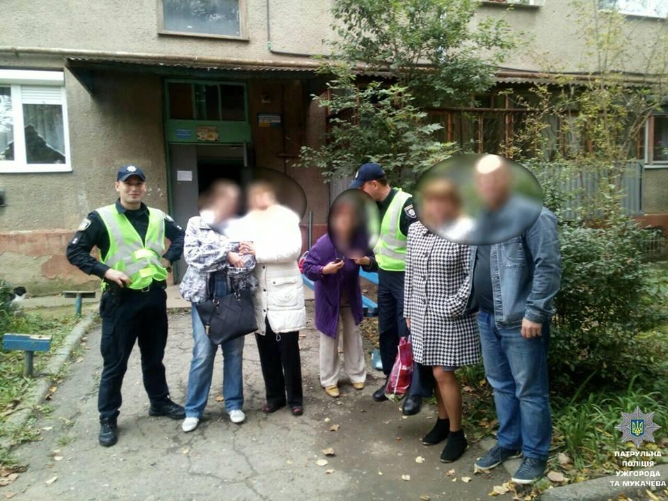 В Ужгороді патрульні повернули жінці сумку з 20 тис грн і золотом на 30 тис грн (ФОТО)