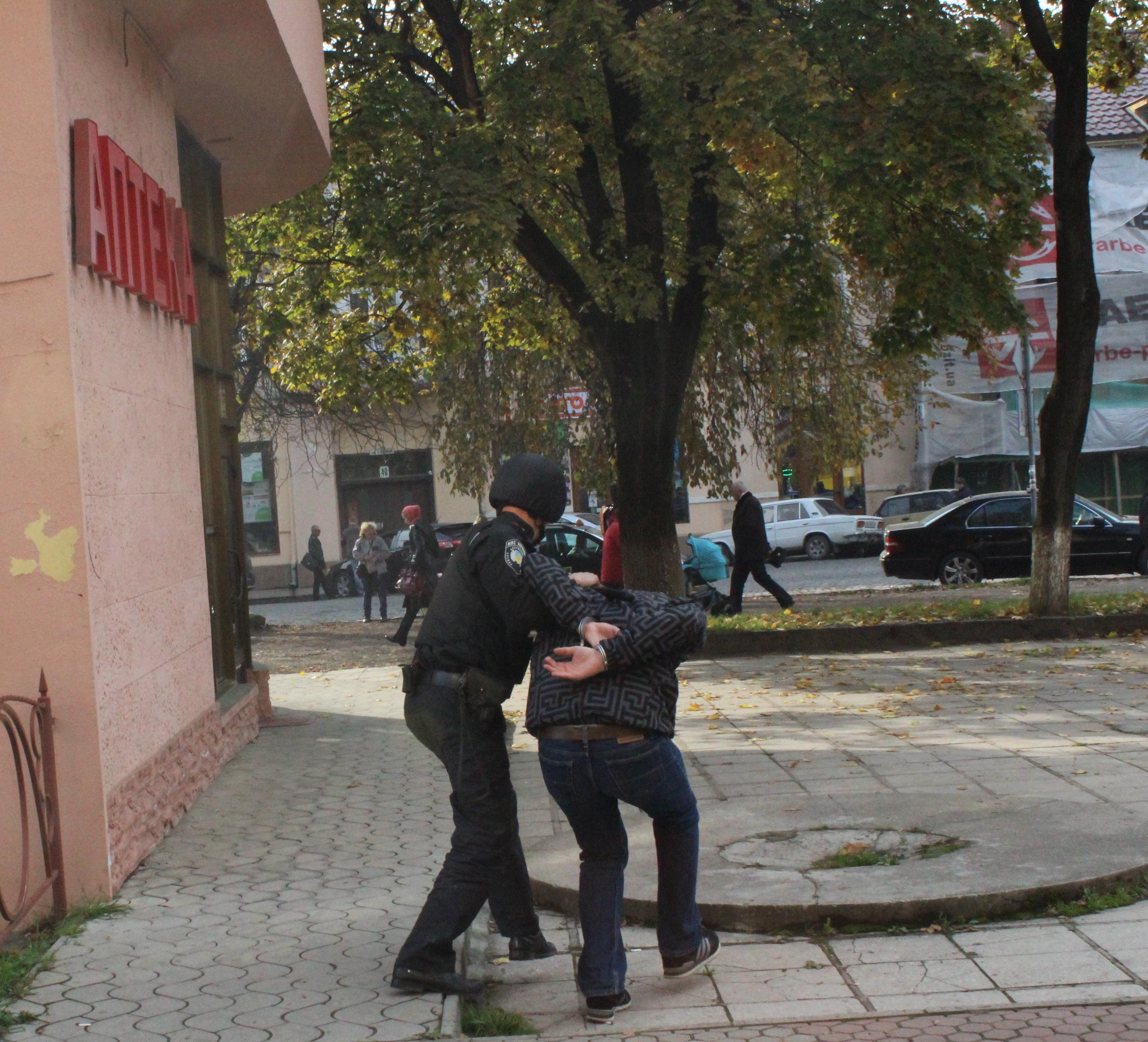 У Чопі затримали чоловіка, який розважався, жбурляючи каміння у вікна магазинів та аптеки