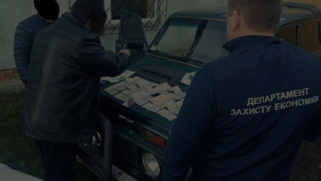 Директора Довжанського ЛМГ з підлеглими викрили на системному вимаганні хабарів за