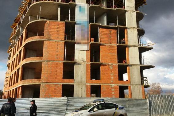 В Ужгороді в реанімації помер будівельник, що впав з 4-го поверху новобудови (ФОТО)