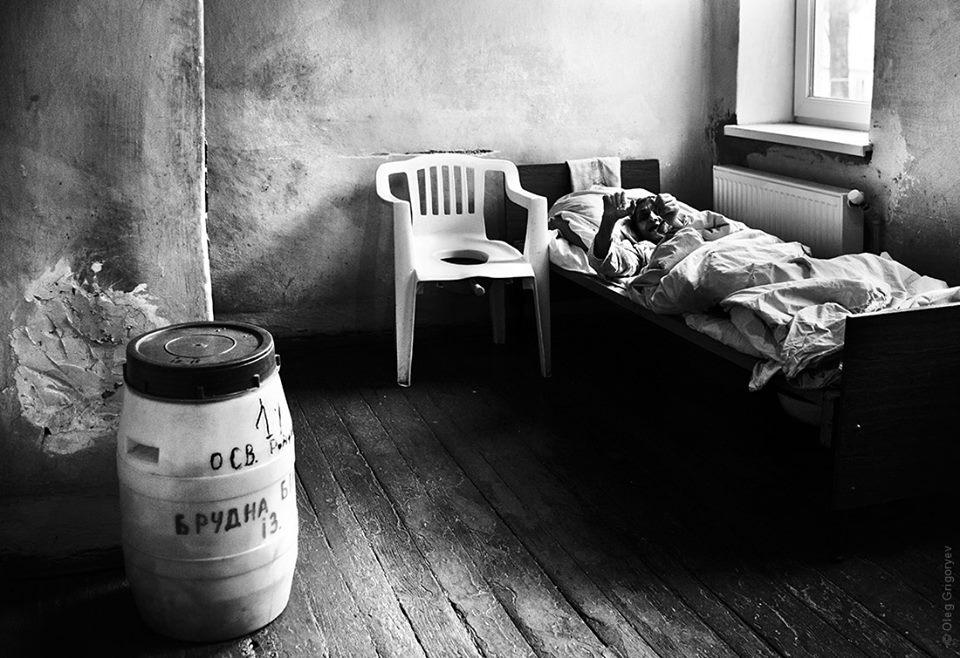 """У Вільшанській психіатричній лікарні літню жінку 9 років """"ув'язнюють"""" в закритій ізольованій  палаті"""