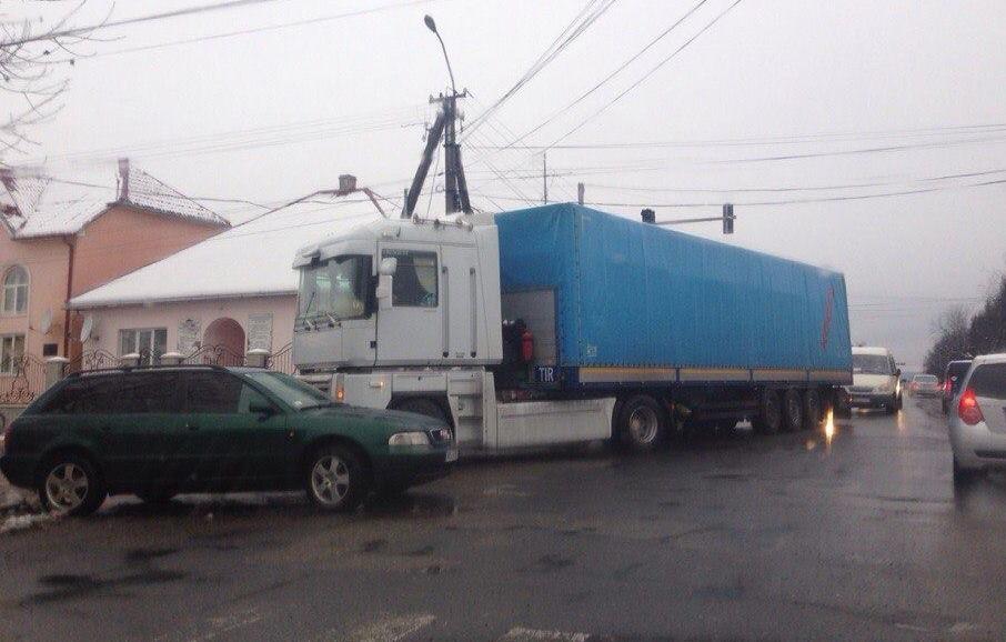 У Виноградові зіткнулися вантажівка та легковик (ФОТО)