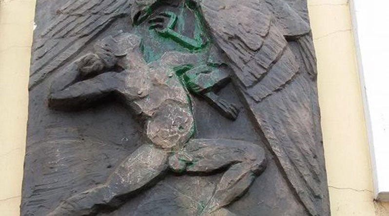 У Хусті знову облили фарбою пам'ятні знаки героям Карпатської України. Поліція і СБУ бедіють