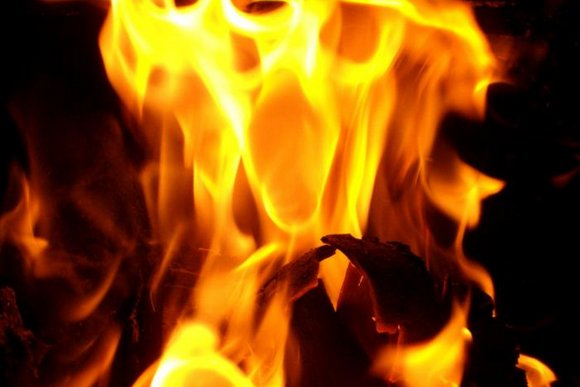 """На Іршавщині блискавка """"запалила"""" надвірну споруду"""