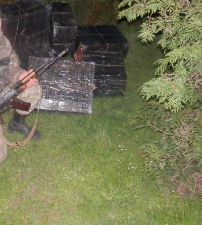 """На Закарпатті за 25 метрів від кордону виявили двох """"водолазів""""-контрабандистів і сигарети (ФОТО)"""