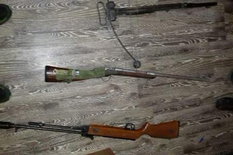 Під час обшуку будинку мешканця Виноградівщини знайшли саморобні мисливські рушниці, арбалет і марихуану (ФОТО)