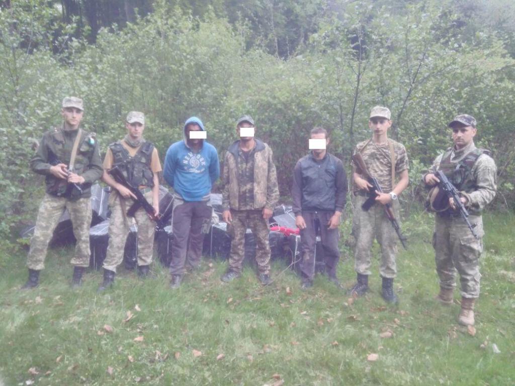 Біля кордону з Румунією, прикордонний патруль виявив 27 ящиків сигарет і трьох чоловіків без документів (ФОТО)