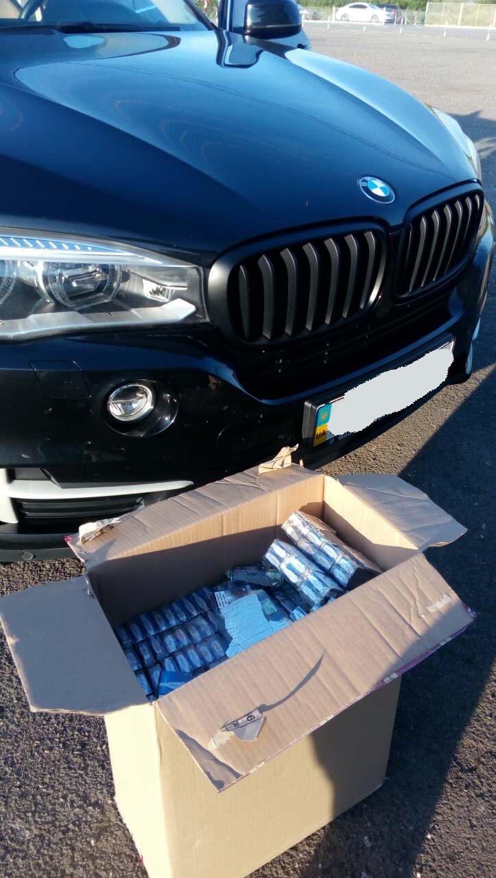 «BMW X5» з контрабандними цигарками вилучили закарпатські митники