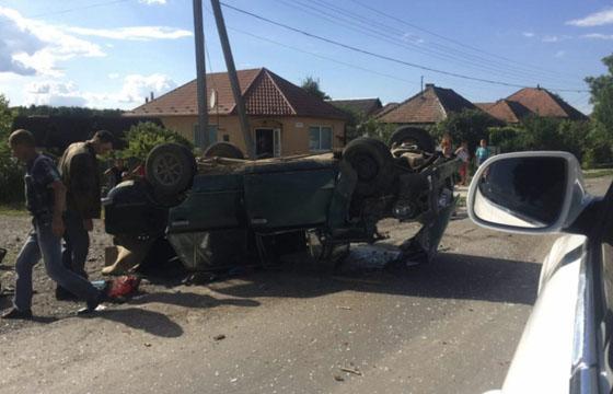На Закакарпатті в результаті зіткнення з Ford-ом ВАЗ перекинувся на дах (ФОТО)