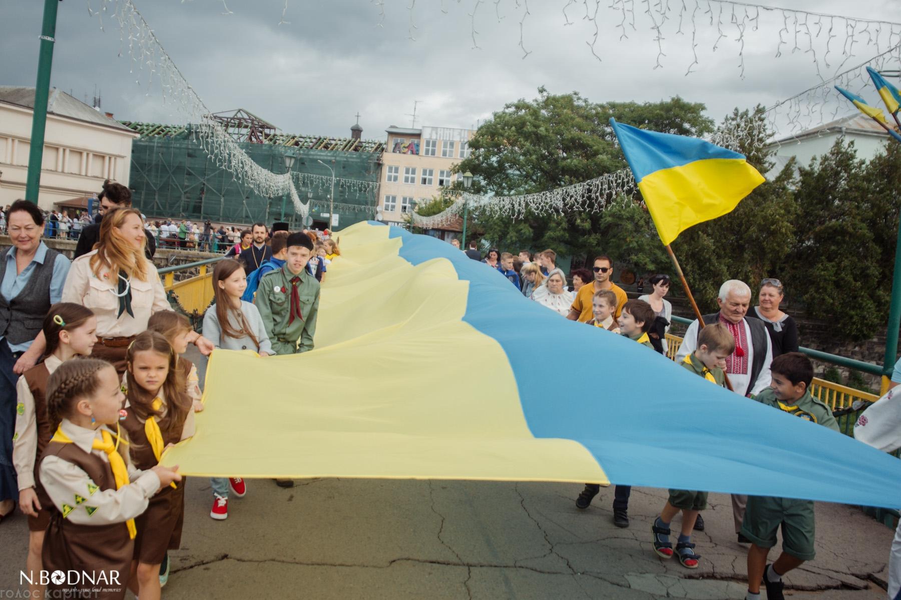 В Ужгороді після урочистої ходи  символічно сполучили прапором два береги Ужа (ФОТО)
