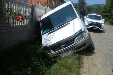 На Хустщині нетверезий водій покинув Меrсеdеs Sрrіntеr у кюветі і втік (ФОТО)