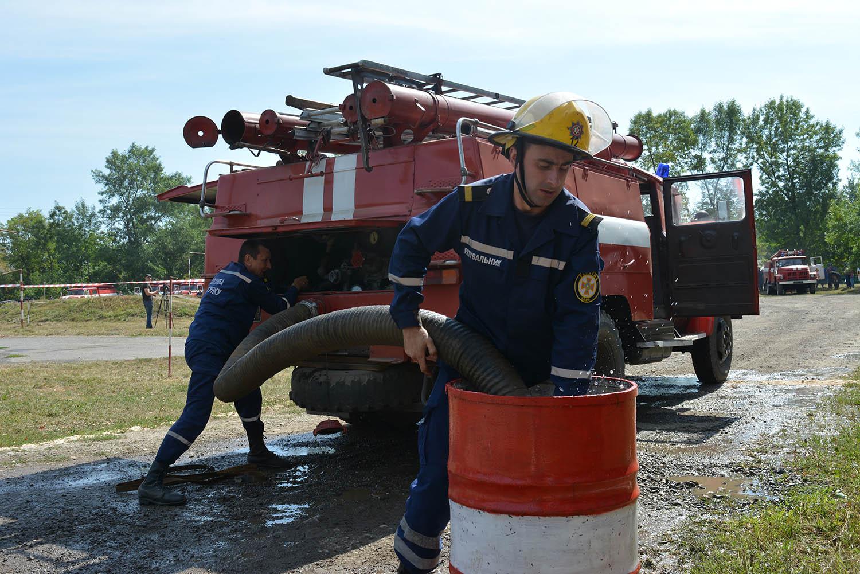 у Хусті змагалися на вправність та швидкість водії пожежних автомобілів