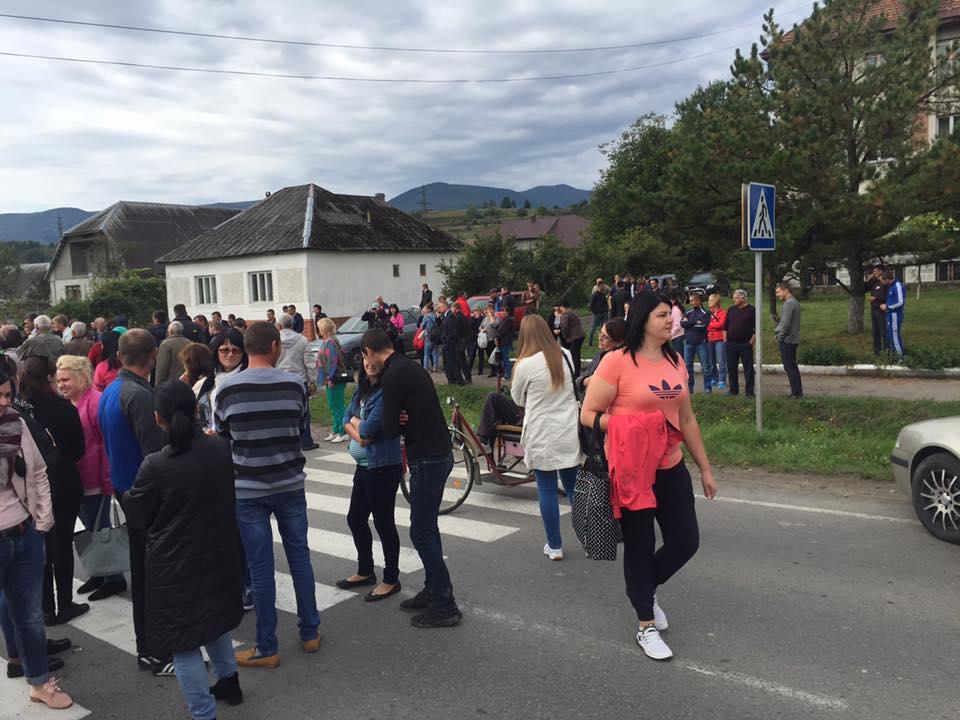 У центрі Поляни, що на Свалявщині, селяни перекрили дорогу (ФОТО)