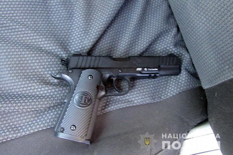 Закарпатець на Прикарпатті наїхав на людину та погрожував іншим пістолетом (ФОТО)