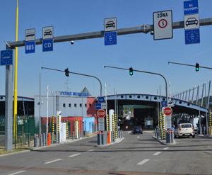 Словацькі митники попереджають про 8-годинні черги вантажівок на кордоні