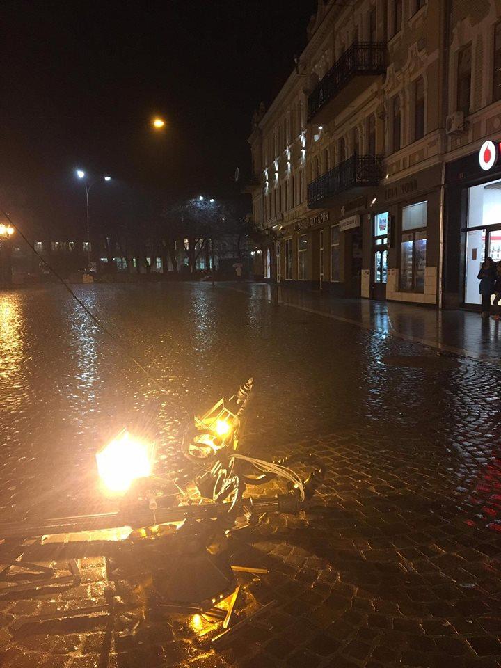 Нетверезий керівник департаменту Закарпатської ОДА збив на авто ліхтар на пл. Петефі в Ужгороді й утік