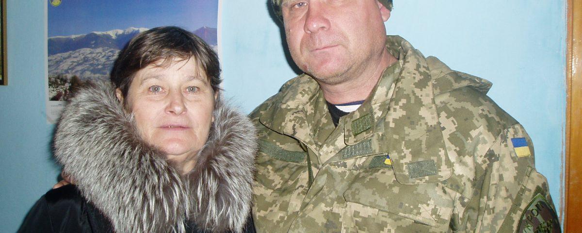 Подружжя встановило на власному подвір'ї хрест пам'яті героїв війни з Росією на Донбасі