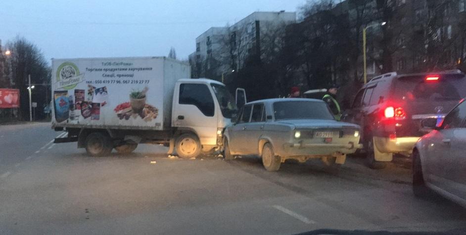 В Ужгороді зіткнулися вантажівка та ВАЗ (ФОТО, ВІДЕО)