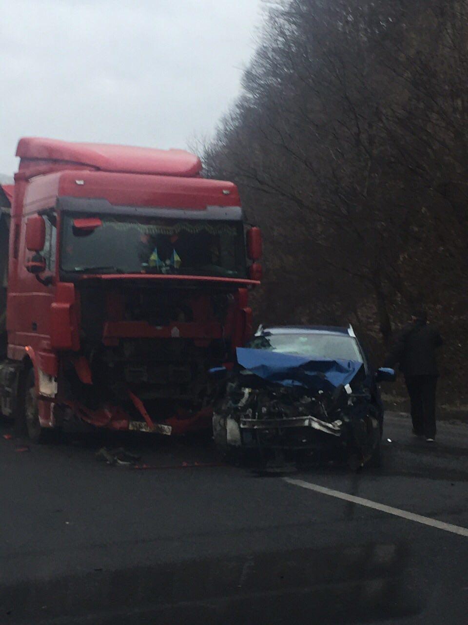 На Закарпатті вантажівка зіткнулася з легковиком