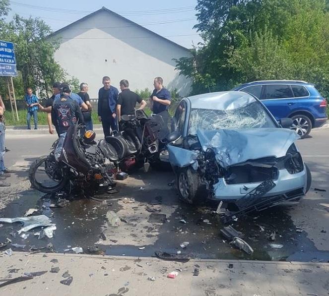 У Хусті зіткнулися легковик і два мотоцикли. Можливі жертви (ФОТО)