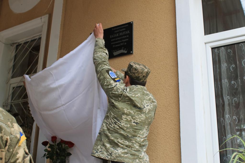 У Королеві на Виноградівщині відкрили меморіальну дошку полеглому в російсько-українській війні Золтану Балажу (ФОТО)