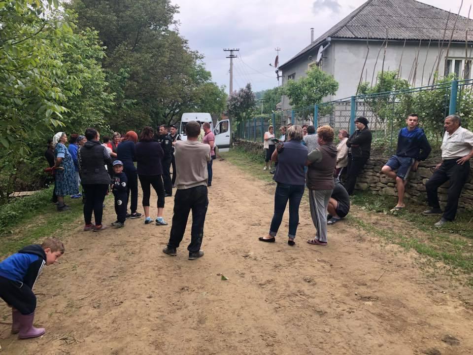У Сасівці на Свалявщині люди перекрили дорогу лісовозам