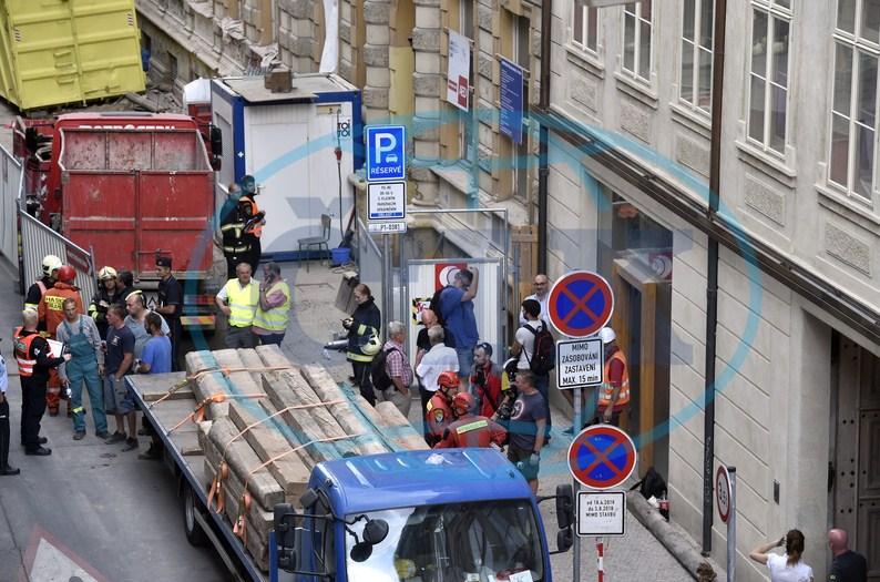 У Празі серйозно травмовано трьох заробітчан із Закарпаття внаслідок обвалу в будинку (ФОТО)