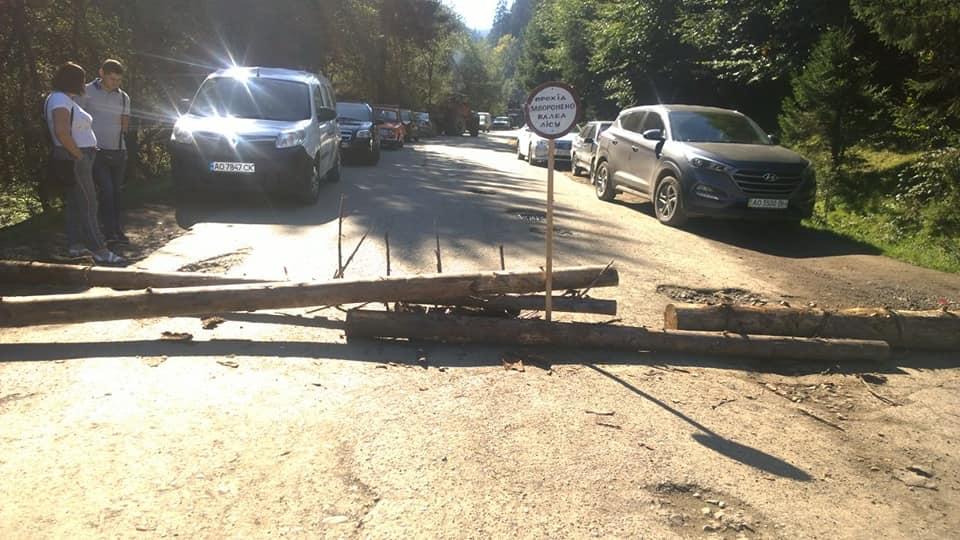 ФОТОФАКТ. На Тячівщині, вимагаючи ремонту, люди перекрили дорогу