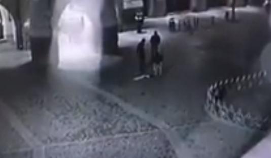 У Мукачеві розшукали трійко молодиків, що викрали державний прапор з адмінбудівлі мерії