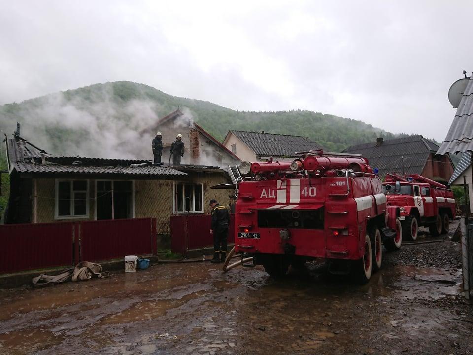 Загасивши пожежу,  врятували від знищення сусідський будинок та літню кухню