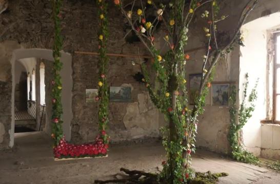 """""""Кохання в Сент-Міклоші"""" """"розквітло"""" десятками квіткових композицій у старовинному замку на Мукачівщині (ВІДЕО)"""